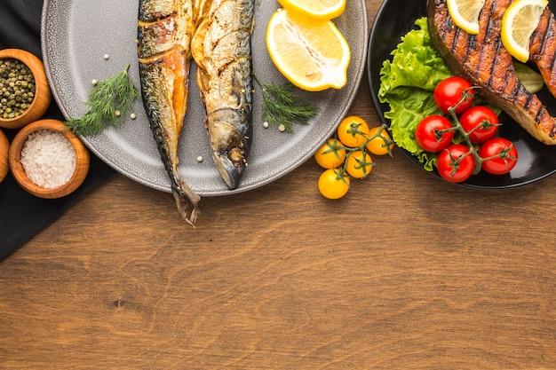 Плоские лежал вкусной копченой рыбы на тарелке
