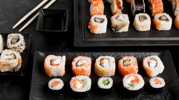 Плоские лежали вкусные суши и соус