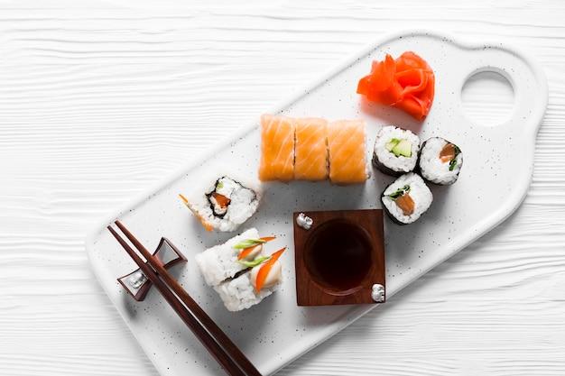 Pasto delizioso sushi piatto laico