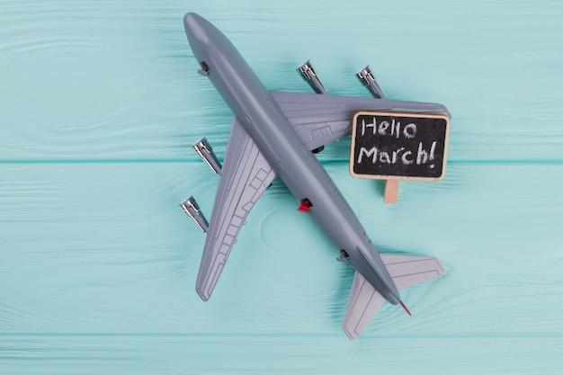 파란색 배경에 비행기가 있는 여행 개념의 평평한 디자인. 이름표에 서둘러.