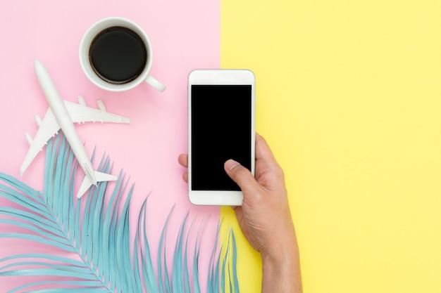 Плоский дизайн проезда в летней концепции - макет верхнего вида ручного удержания на смартфоне