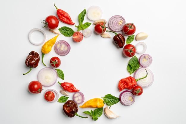 野菜、ハーブ、スパイスの白い背景の上のフラットレイアウトデザイン。