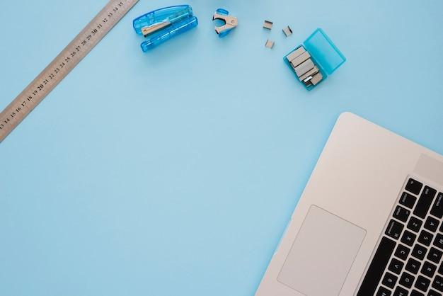 복사 공간이있는 평평한 책상 배치