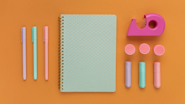 Плоский стол с блокнотом и ручками