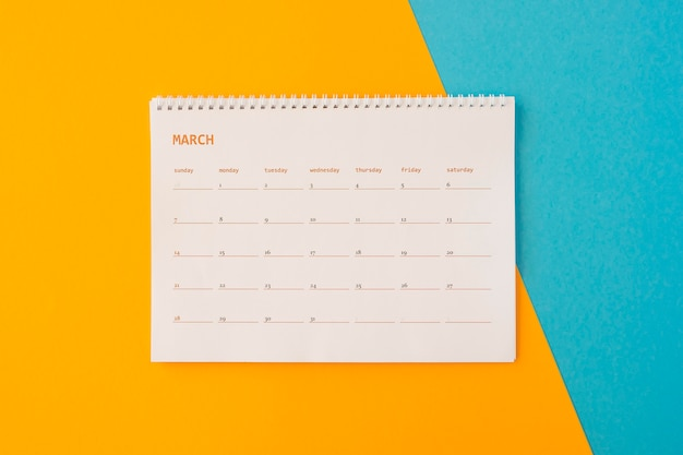黄色と青の背景にフラットレイデスクカレンダー
