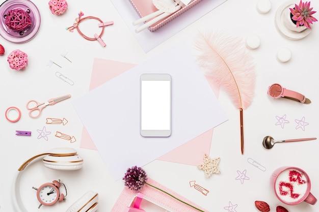 Плоская настольная композиция с телефоном, бумажная страница
