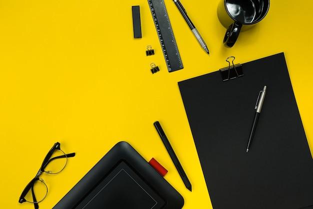 メモ帳、カップ、ペン、現像、メガネなどを備えたビジネスオフィスガジェットのフラットレイディスプレイ。