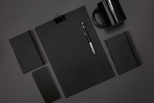 Плоский дисплей офисных гаджетов с блокнотом, чашкой, ручкой, проявкой, очками и т. д.
