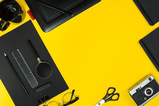 Плоский дисплей бизнес-офисных гаджетов с блокнотом, старинной камерой, ручкой, разработкой, очками и