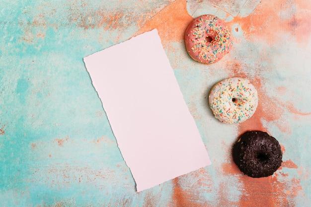 Плоская композиция пончик с бумажной карты