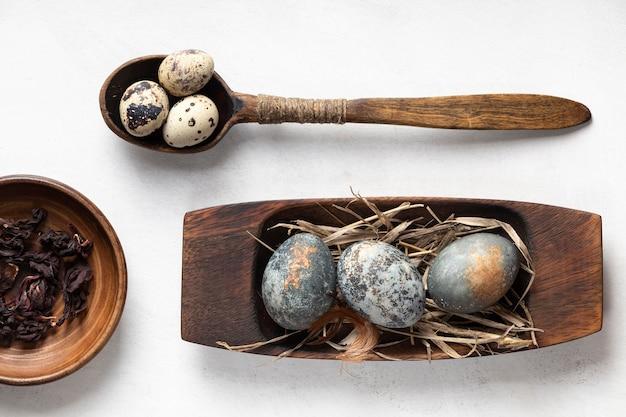 Lay piatto di uova di pasqua su piatti di legno e cucchiaio