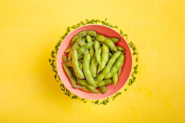 新鮮なカットチャイブとボウルに平干し枝豆