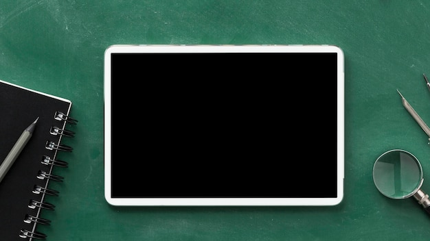 タブレットを使用したフラットレイ教育日の配置