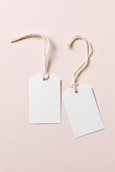 Disposizione di etichette vuote piatte su sfondo beige