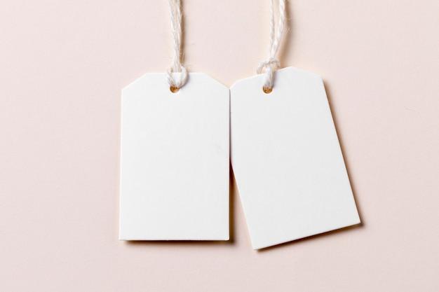 Etichette vuote piatte su sfondo beige