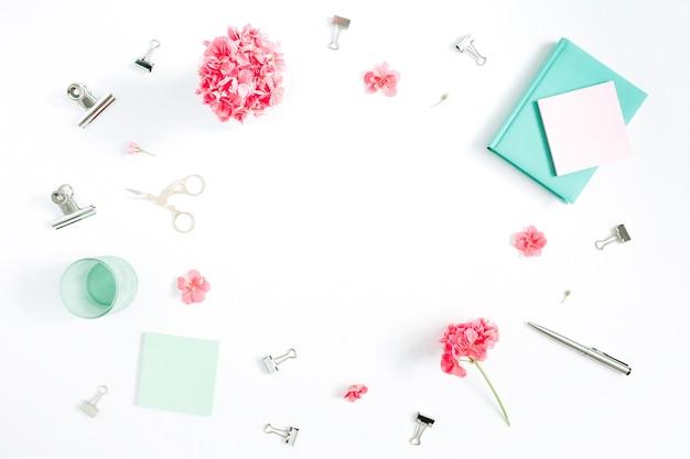 평면 평신도 패션 사무실 책상. 붉은 꽃, 액세서리, 화이트 민트 일기와 여성 프레임 작업 공간