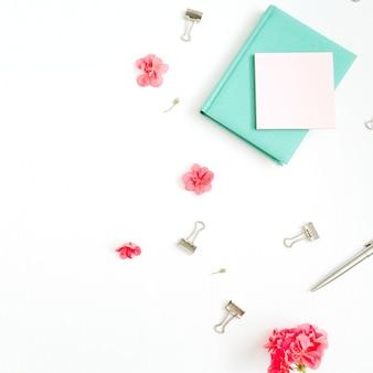 フラットレイファッションオフィスデスク。赤い花、アクセサリー、白のミント日記と女性のワークスペース