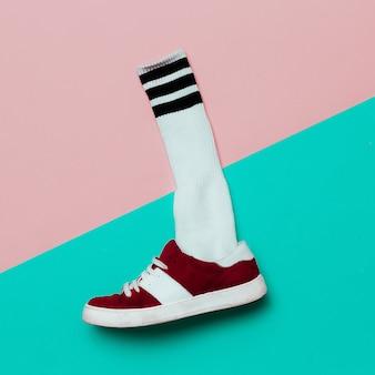 フラットレイファッションセット:ファッションスケートボードシューズとファッションソックス。最小限の背景。流行に敏感なスタイル。上面図。