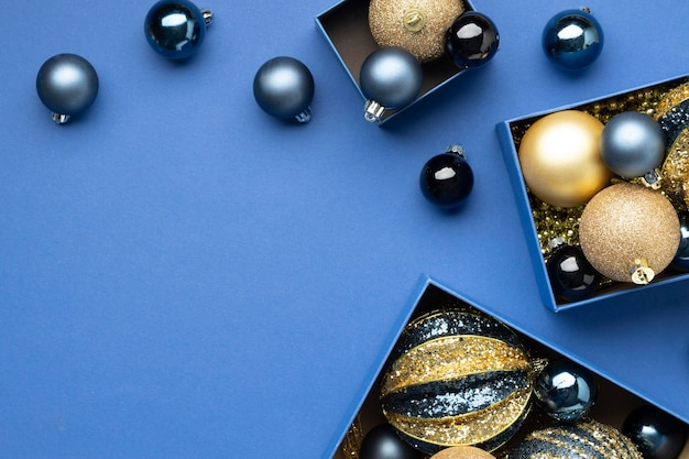 Disposizione festiva degli ornamenti di natale distesi con lo spazio della copia