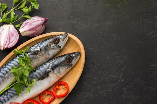 フラットレイの魚と野菜のアレンジメント