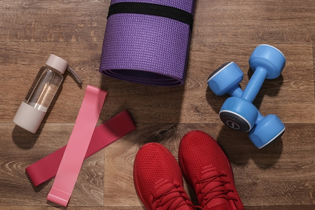 フラットレイフィットネス構成。木の床のスポーツ用品。