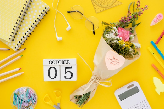 Плоские возложить цветы на желтом фоне