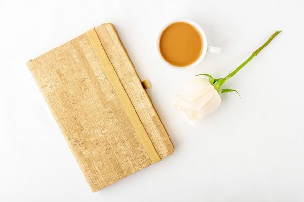 フラット横たわっていた花のロマンチックな構成。朝食の朝のコーヒーマグ