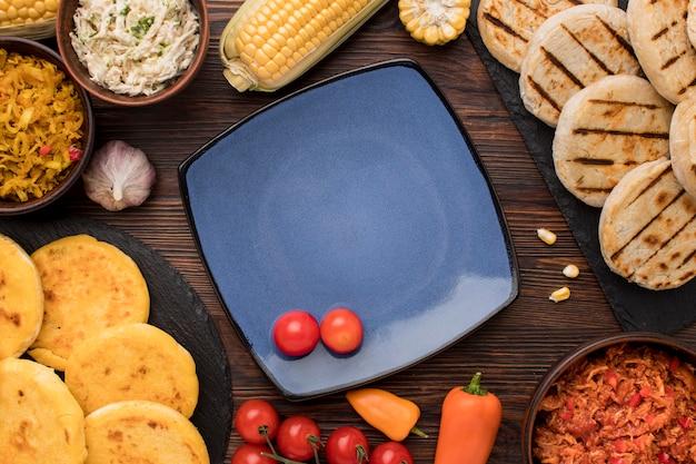 Disposizione dei cibi piatti con piastra