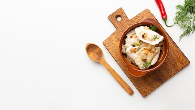 Ассортимент плоских блюд с копией пространства