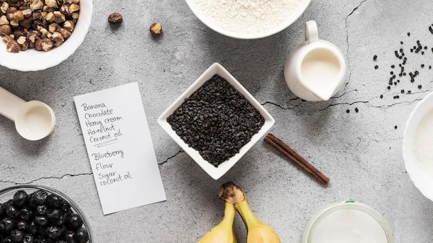 Lay piatto di ingredienti alimentari con banane