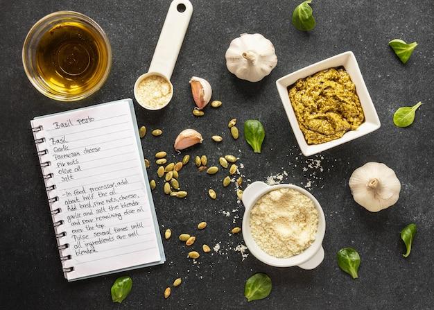 Lay piatto di ingredienti alimentari con pasta e aglio