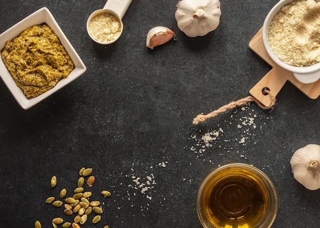 Lay piatto di ingredienti alimentari con pasta