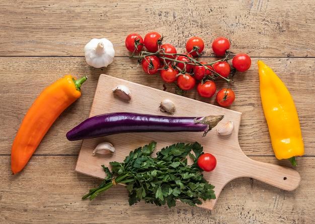 Lay piatto di ingredienti alimentari con verdure fresche