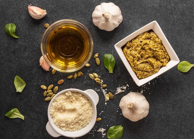 Lay piatto di ingredienti alimentari con aglio e pasta