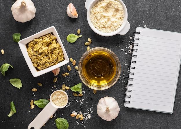 Lay piatto di ingredienti alimentari con olio e pasta