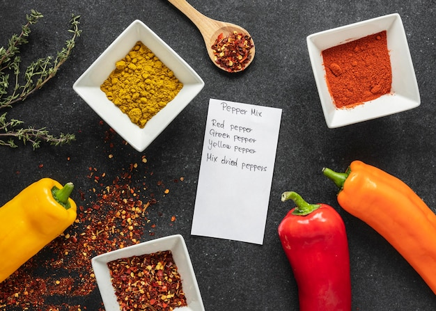 Lay piatto di ingredienti alimentari con peperoni e spezie