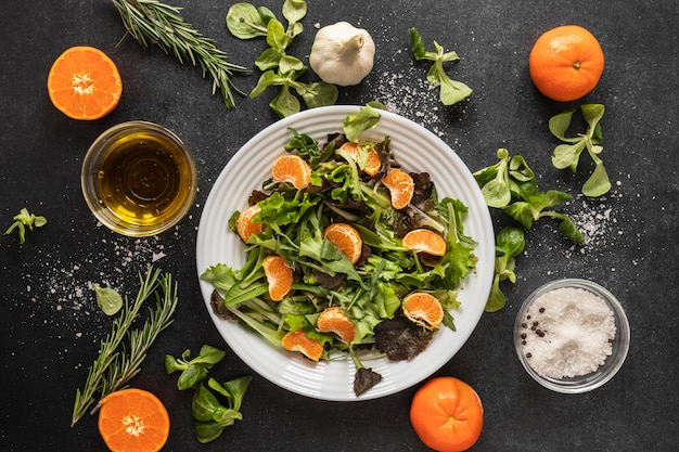 Lay piatto di ingredienti alimentari con insalata