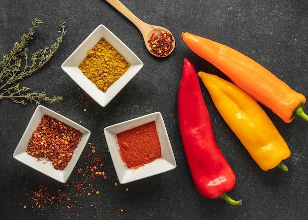 Lay piatto di ingredienti alimentari con spezie e peperoni