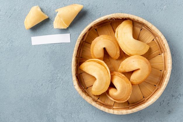 Плоские лежал печенье в миске с пустой запиской