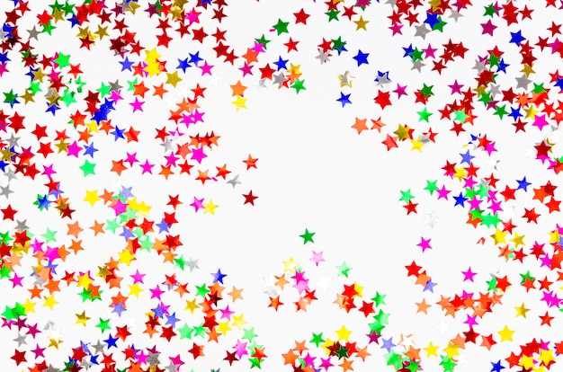 Плоская планировка фон из разноцветных сверкающих конфетти, сверкающих сияющих звезд