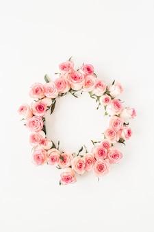 흰색에 핑크 장미 꽃 봉오리로 만든 빈 복사본 공간 모형과 평면 위치 프레임 테두리