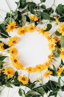 흰색 표면에 노란색 데이지 꽃으로 만든 빈 복사본 공간 모형과 평면 위치 프레임 테두리