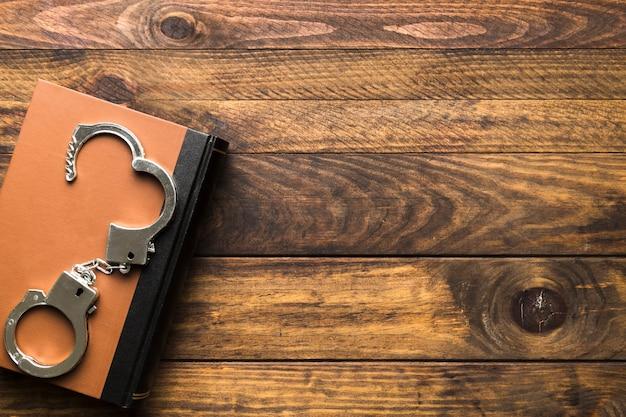 本と手錠とフラットレイアウトフレーム