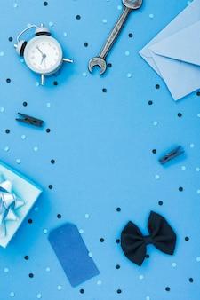 Плоская рамка с галстуком-бабочкой и гаечным ключом
