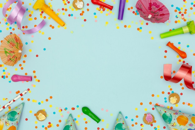 青の背景にパーティーの飾りとフラットレイアウトフレーム