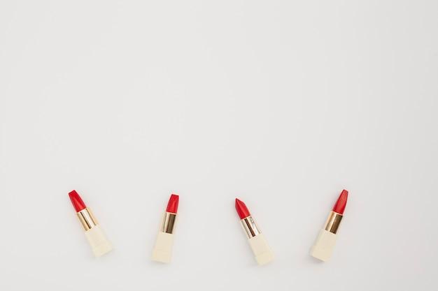 빨간 립스틱과 복사 공간 평면 배치 프레임