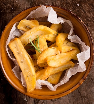 Lay piatto di patatine fritte nella ciotola