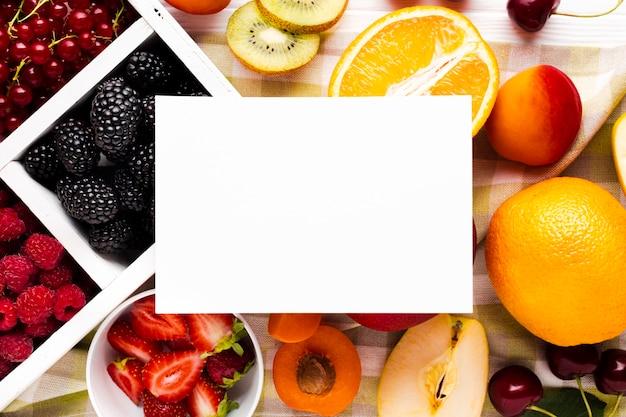 平らな新鮮な果実と紙のフルーツ