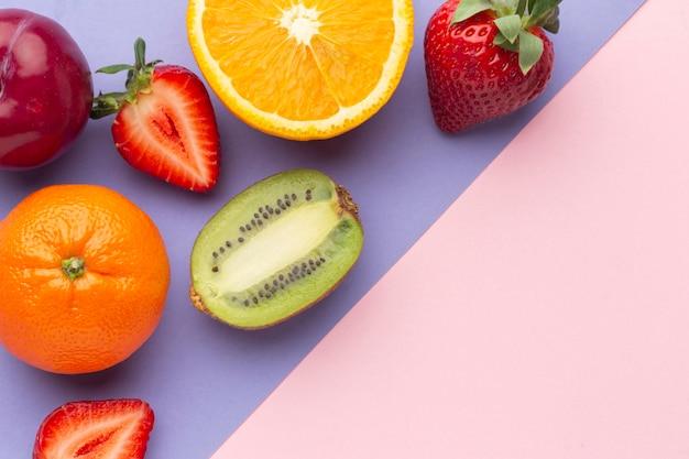평평한 누워 신선한 과일 배열