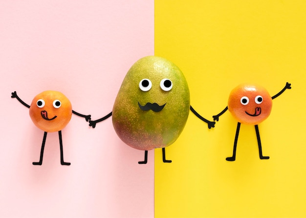 Плоские лежат фрукты, держась за руки